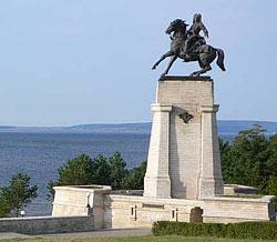 Студенты ТГУ очистили памятник Татищеву от надписей