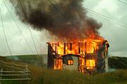 В праздничные дни огнеборцы тушили квартиру и двор частного дома
