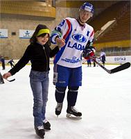 В гостях у хоккеистов ''Лады'' побывали дети из приюта ''Дельфин''