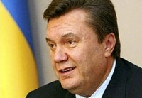 Венок, упавший на Виктора Януковича, продан с молотка